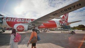 Tagbilaran, Filipinas - 5 de enero de 2018: Los turistas van al edificio del aeropuerto del avión almacen de video