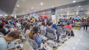 Tagbilaran, Filipinas - 5 de enero de 2018: Pasajeros que aguardan salida en el aeropuerto fotos de archivo libres de regalías