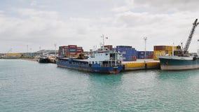 Tagbilaran, Filippine - 5 gennaio 2018: Contenitori e navi dei prodotti nel porto di Taagbilaran filippine archivi video