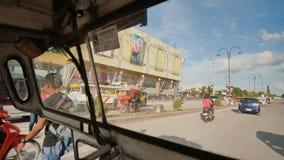 Tagbilaran Filippinerna - Januari 5, 2018: Körning till och med gatorna av Tagbilaran Sikt från fönstret av arkivfilmer