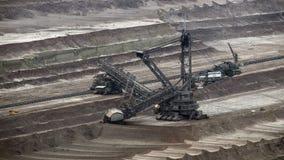 Tagebau Hambach: excavador de la cubo-rueda en una mina del lignito almacen de video