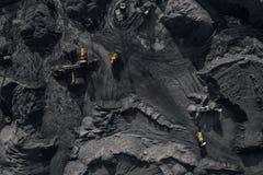 Tagebaubergwerk, mineralgewinnende Industrie f?r Kohle, Draufsichtluftbrummen lizenzfreie stockfotos