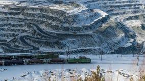 Tagebaugrube auf Asbest- und Schuttextraktion stockfotos