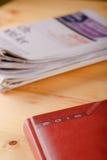 Tagebuch 2016 auf hellem Holztisch mit Zeitungen Stockbild