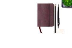 Tagebuch, Bleistifte und Kaktus auf dem Desktop Lizenzfreies Stockfoto