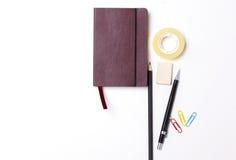 Tagebuch, Bleistifte und Kaktus auf dem Desktop Stockfotografie