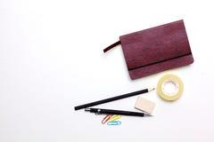 Tagebuch, Bleistifte und Kaktus auf dem Desktop Lizenzfreie Stockfotografie