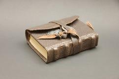 Tagebuch des Abenteurers auf Grau stockfotografie
