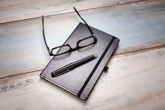 Tagebuch-Gläser Pen Table Lizenzfreie Stockfotografie