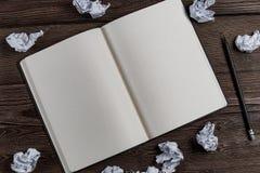 Tagebuch mit Bleistift und zerknittertem Papier stockfotos