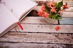 Tagebuch mit Blumenhintergrund Stockbilder