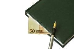 Tagebuch mit einem Füllfederhalter und einem Teil einer Anmerkung 50 Euros Stockfoto
