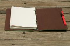 Tagebuch mit Stift lizenzfreie stockfotos
