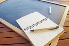 Tagebuch, Stift und Kreide Lizenzfreie Stockbilder