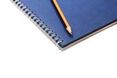 Tagebuch und Bleistift des blauen Buches Lizenzfreies Stockfoto