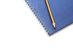 Tagebuch und Bleistift des blauen Buches Lizenzfreie Stockfotografie
