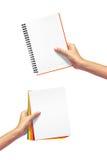 Tagebuch und Papier in der Hand. stockfotografie