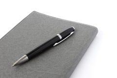 Tagebuch- und Stiftisolat auf weißem Hintergrund stockbilder