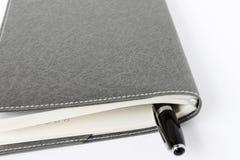 Tagebuch- und Stiftisolat auf weißem Hintergrund lizenzfreie stockfotos