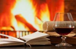 Tagebuch- und Weinbrandglas Stockbild