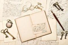 Tagebuchbuch, Weinlesezubehör, alte Buchstaben und Postkarten Lizenzfreie Stockfotos