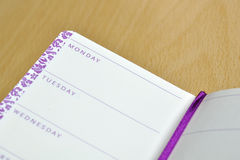 Tagebuchnotizbuch mit Namen der Wochentage lizenzfreies stockbild