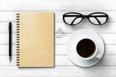Tagebuchtasse kaffee-Gläser und -stift des leeren Papiers Lizenzfreie Stockfotografie