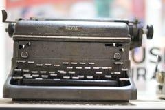 Tagen av planen skrivmaskin för gammal skola för märke för stål kunglig fotografering för bildbyråer