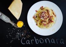 tagen bild för pasta för carbonaradaglampa Spagetti med bacon- och parmesanost arkivbild