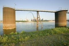 Tages- Ansicht des Zugangs-Bogens, Kornstandort für Lastkähne und Skyline von St. Louis, Missouri bei Sonnenaufgang von Ost-St. L Lizenzfreie Stockfotografie