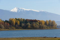 Tagesanbruch auf dem Reservoir Liptovska Mara mit Roha?e-Bergen, Liptov lizenzfreie stockfotos