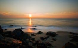 Tagesanbruch auf dem Ufer Lizenzfreies Stockbild