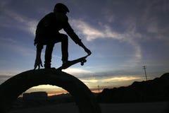 Tagesanbruch-Skateboardfahrer Stockfoto