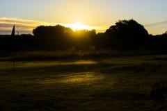 Tagesanbruch-Sonnenaufgang über Golfplatz, herbstlicher Morgen Lizenzfreies Stockfoto