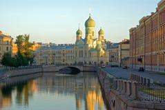 Tagesanbruch in St Petersburg lizenzfreies stockbild