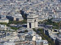 Tagesansicht des Arcs de Triomphe und des Paris von der Höhe des Eiffelturms stockbild