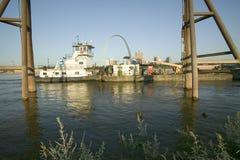 Tagesansicht des Schlepperbootes Lastkahn Fluss Mississipi vor Zugangs-Bogen und Skyline von St. Louis, Missouri runterdrückend,  Lizenzfreie Stockfotografie