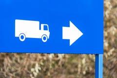 Tagesansicht-Richtungszeichen für LKWs und Lastwagen Stockfoto