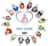 Tagesbetreuungs-Babysitter-Kindermädchen-Nursery Love Motherhood-Konzept stockfotos