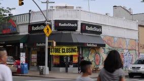 Tageseinspieler von einem schließend Radio Shack in Brooklyn stock video footage