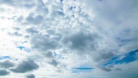 Tageshimmel mit flaumigen Wolken stock video footage