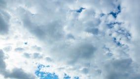 Tageshimmel Taymlaps mit flaumigen Wolken stock footage
