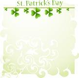 Tageshintergrund Str.-Patricks mit Klee Lizenzfreies Stockfoto