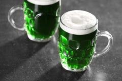 Tageskonzept Str Gläser grünes Bier stockfoto