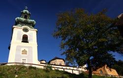 Tageslicht auf alter Stadt von Banska Stiavnica Lizenzfreies Stockfoto