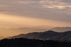 Tageslicht auf Gebirgslandschaft und nebelhaftes Stockbild