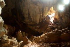 Tageslicht belichtet eine gespenstische Kalksteinhöhle Stockfoto