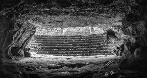 Tageslicht blitzen hell in die Höhlendunkelheit vom Loch an der Spitze der Höhlenwölbungen, durch Deckenabstand Lizenzfreie Stockfotos