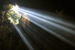 Tageslicht durchbohrt die Wolken, um schwermütige Beleuchtung auf einem Fischenpier an der Dämmerung zu erstellen Stockfotos