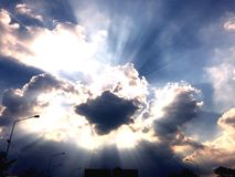 Tageslicht durchbohrt die Wolken, um schwermütige Beleuchtung auf einem Fischenpier an der Dämmerung zu erstellen Lizenzfreie Stockbilder